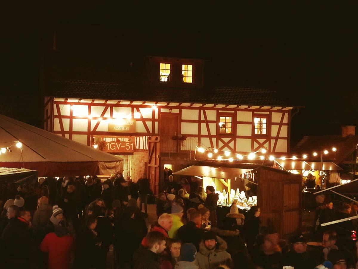 Weihnachtsmarkt mit Einhaus