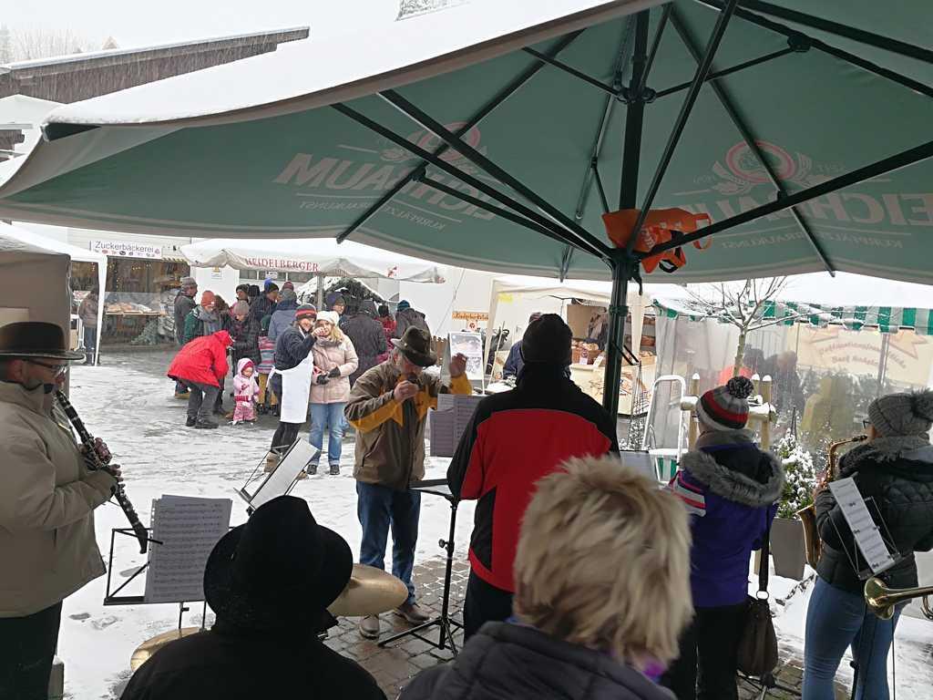 unterm Schirm mit Publikum