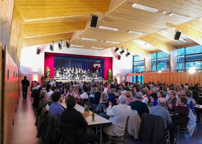 Die Rüdi-Wünzer-Halle von innen mit Publikum