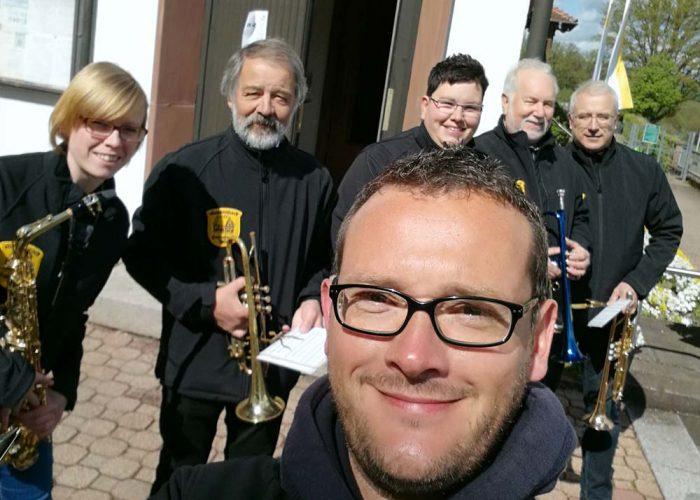 Selfie - Musikanten vor der Kirche
