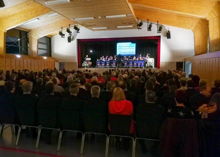 Publikum und Bühne in der Rudi-Wünzer-Halle